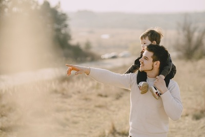 Schon gewusst, dass… Väter in Frankreich einen Anspruch auf bis zu 25 Tage Vaterschaftsurlaub haben?